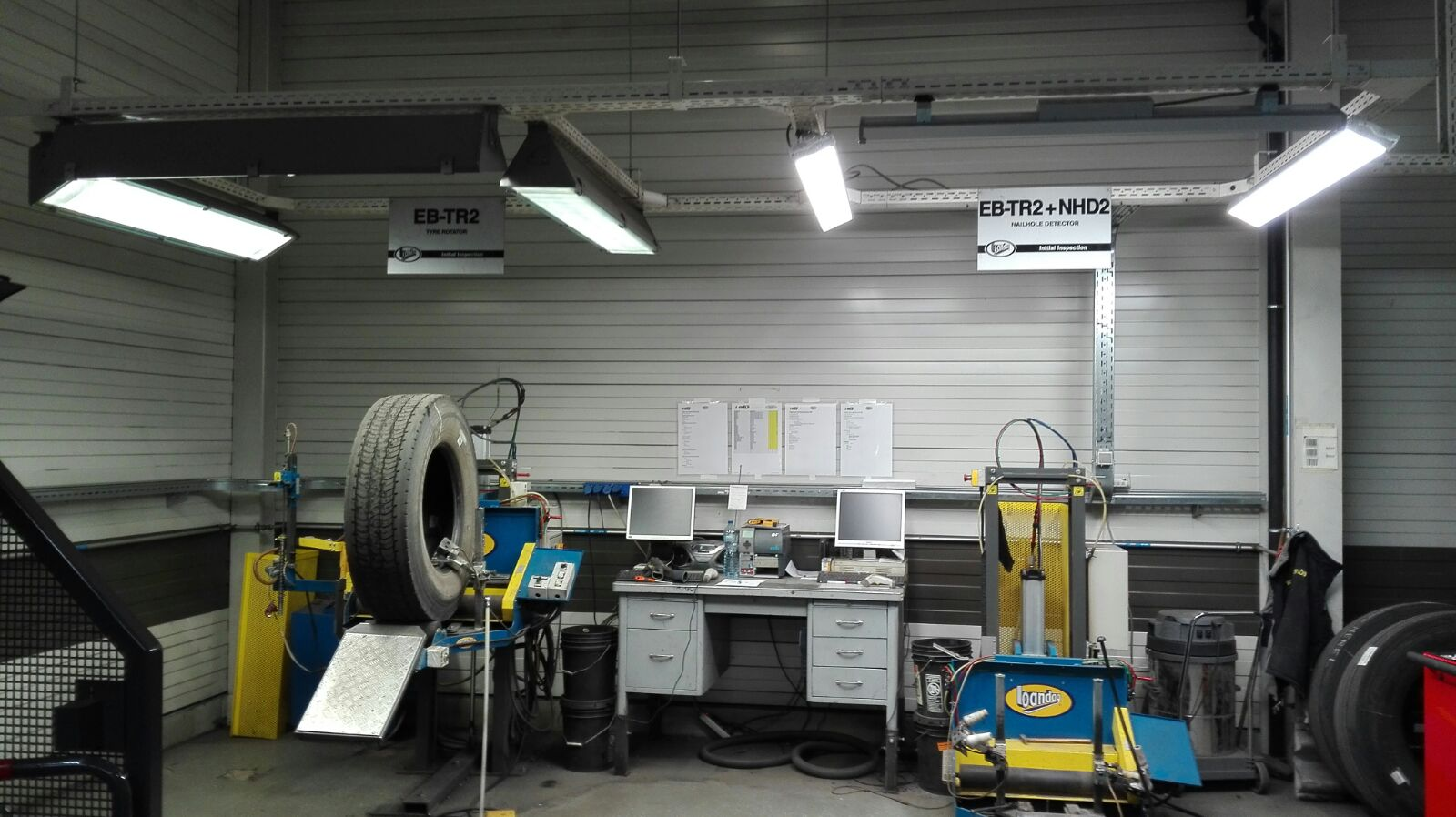 Tire center De Condé, test NANA high bay (right), measured twice the light output in comparison with fluorescent lights (left).